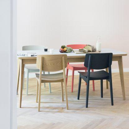 Esszimmer mit Usus Table und Usus Stuhl