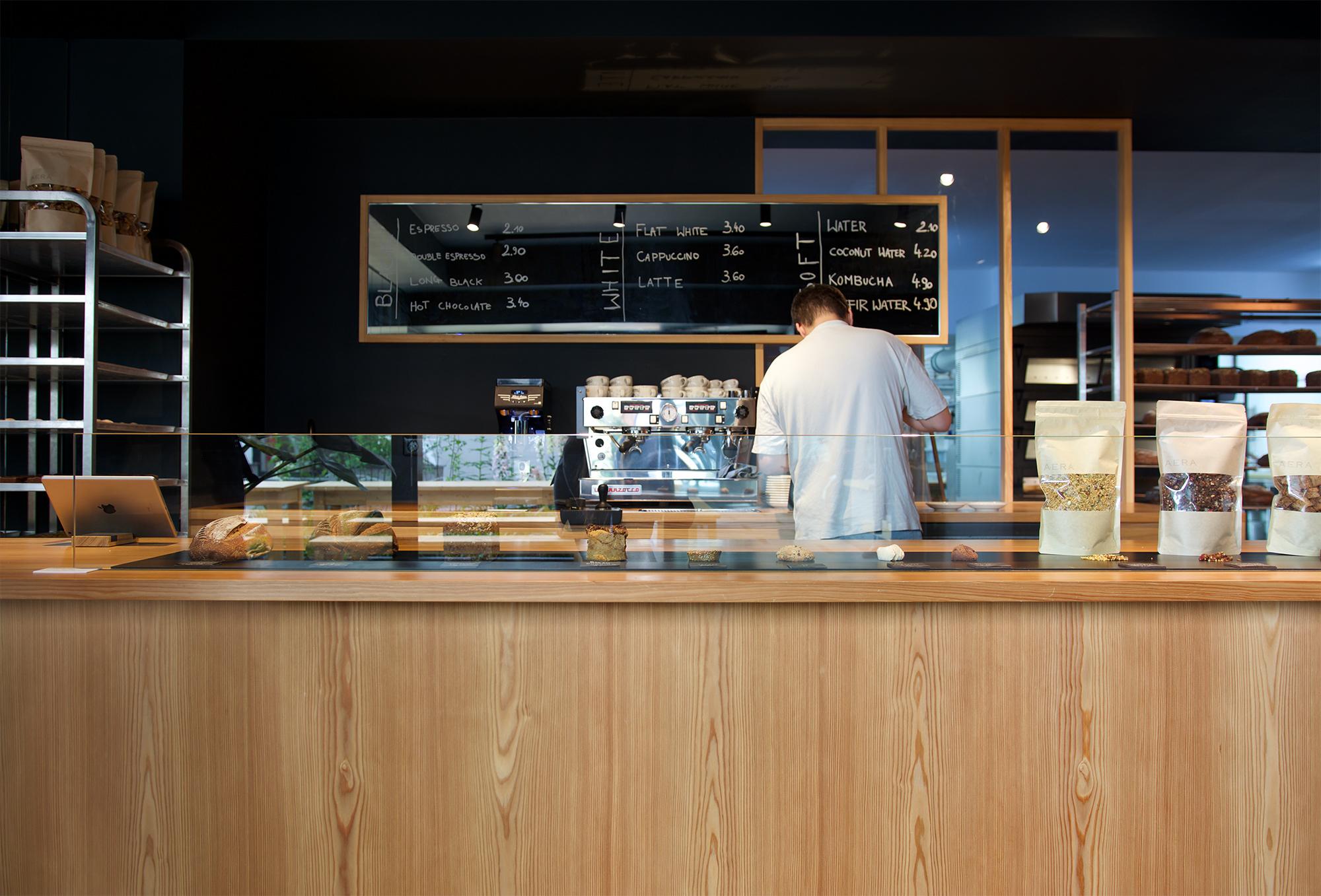 Verkaufstresen aus Lärchenholz in der Bäckerei Aera