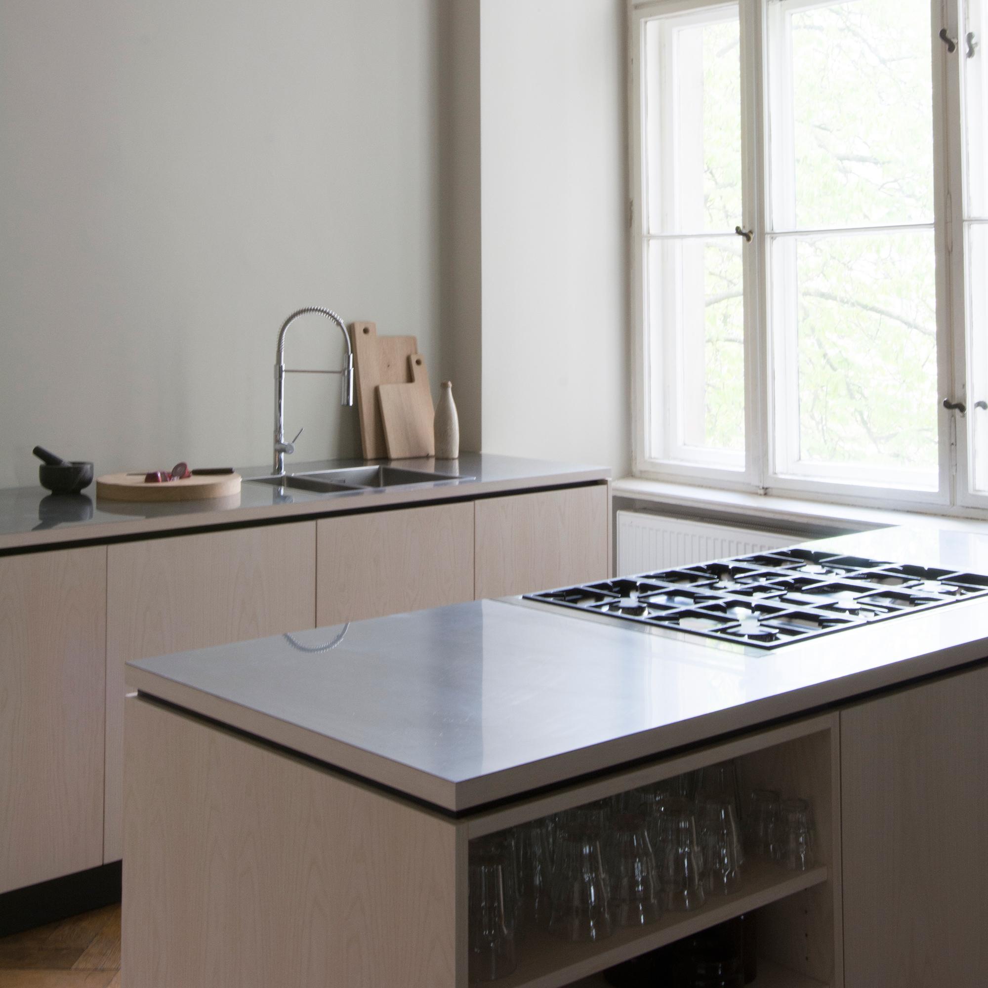 Küchenzeile und Kücheninsel nach Maß
