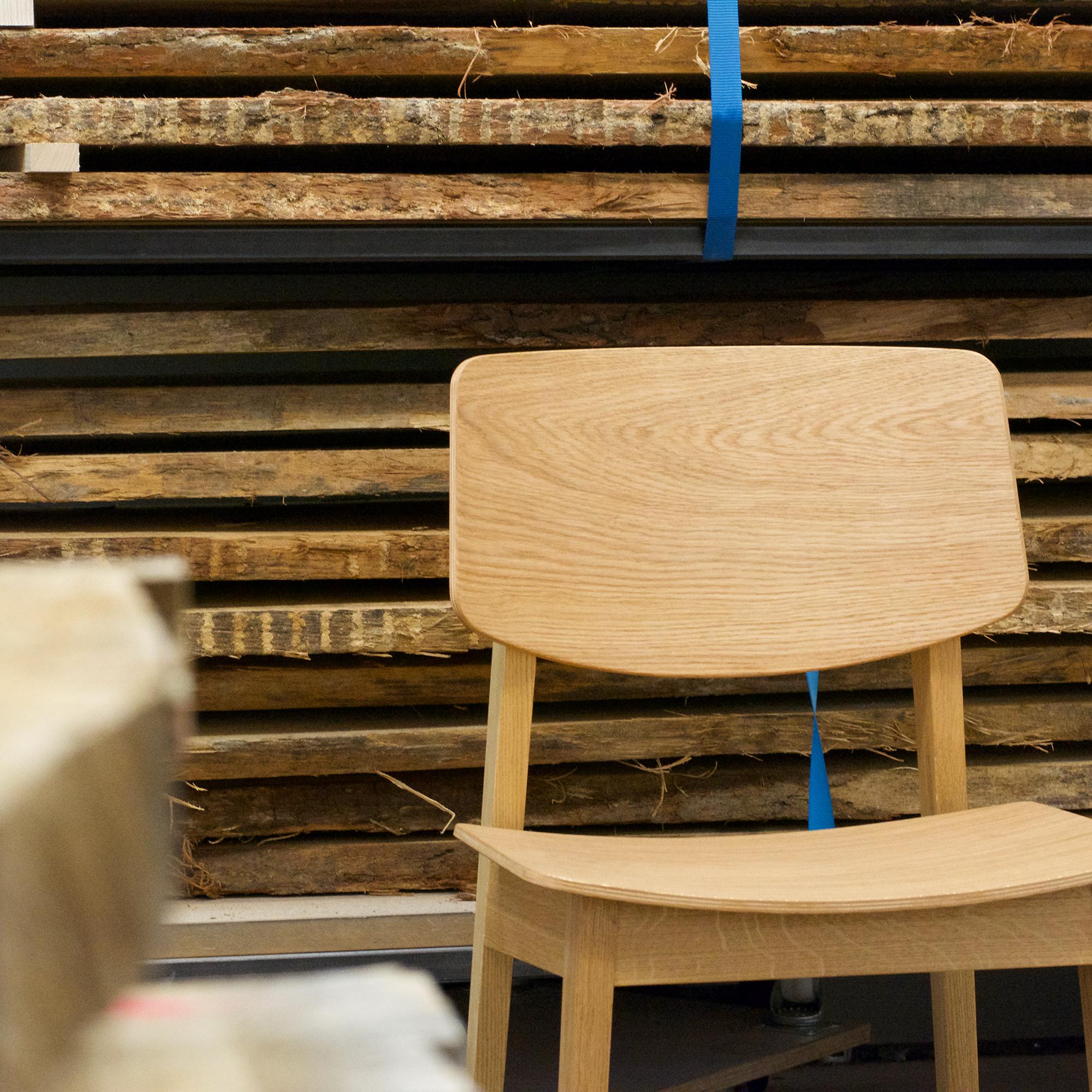 Rohe Eichenstämme und Usus Chair