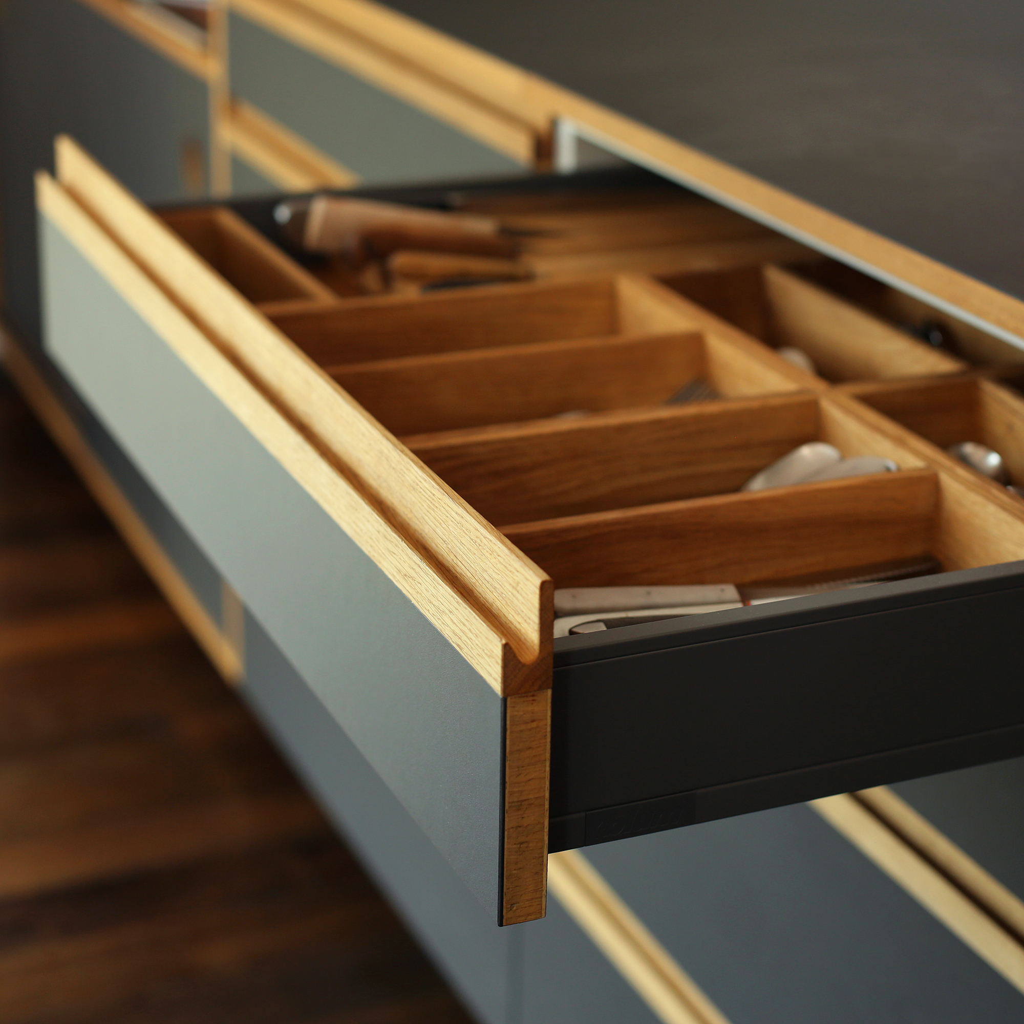 Küchenschübe aus Linoleum und Besteckfächern aus geölter Wiche