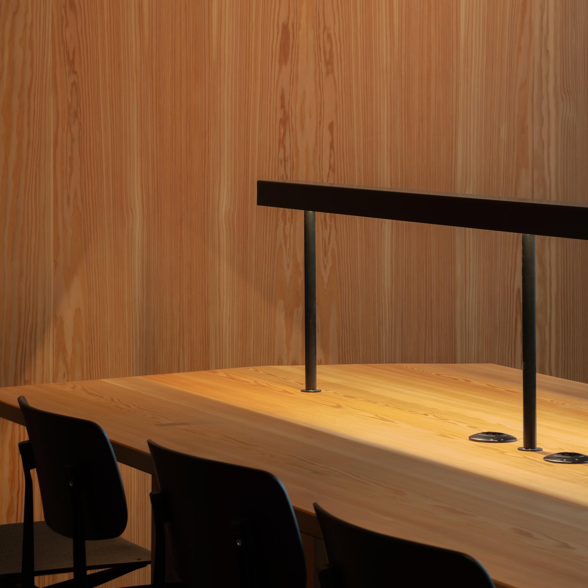 Konferenztische und Wandpaneele aus Lärchenholz