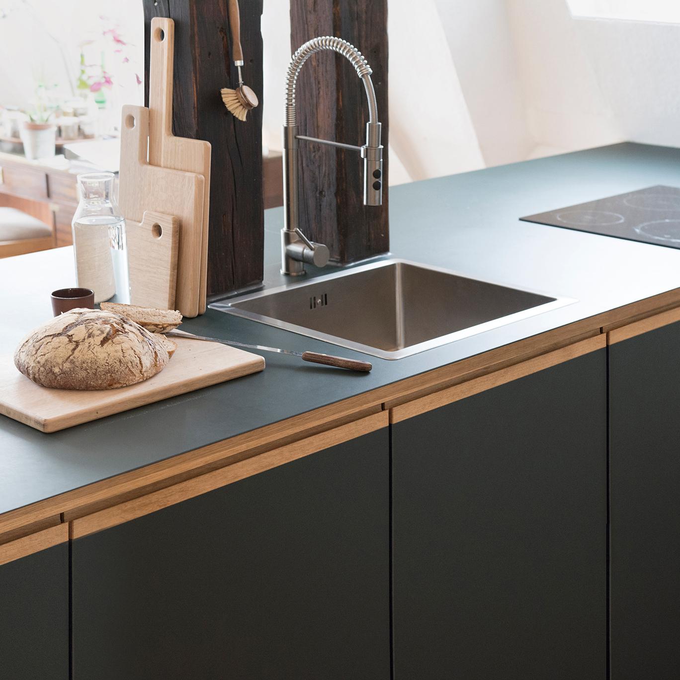 Küche nach Maß aus Linoleum und Eiche