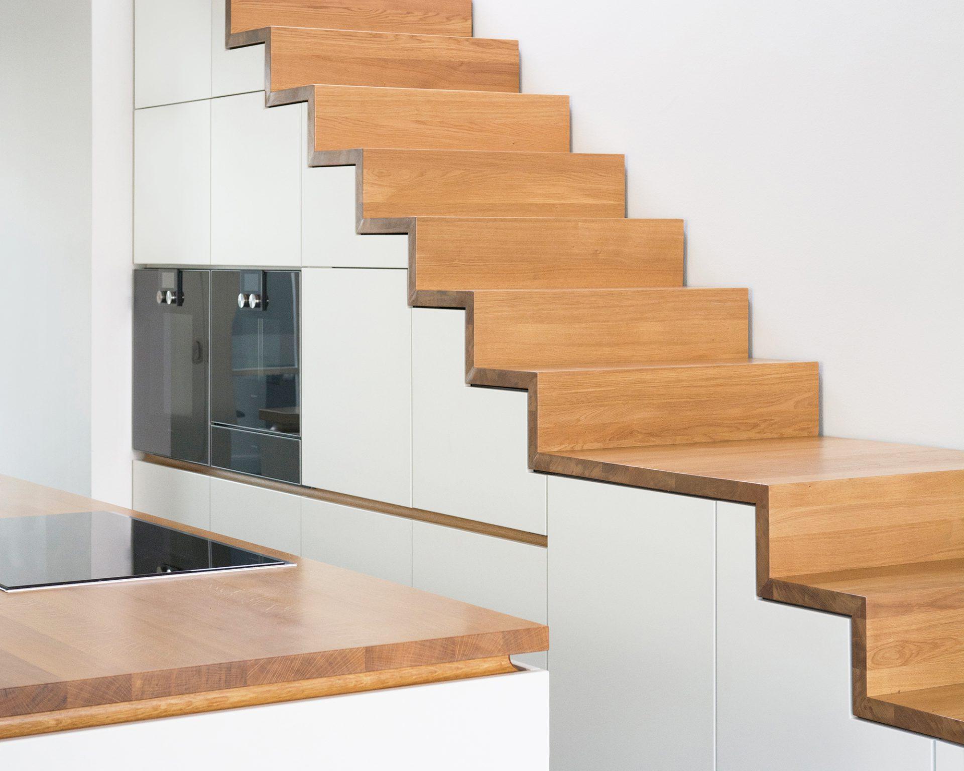 weiße Küche Maisonette Eiche Treppe